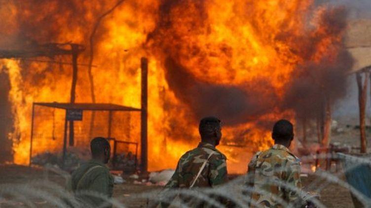 Photo de la force de l'Onu au Soudan, le 28 mai 2011: des hommes de l'armée du nord face à la ville d'Abyei en feu. (AFP/UNMIS/STUART PRICE)