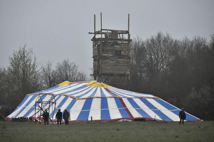 """Le mirador et la tente du """"Lama fâché"""" avant leur destruction, sur la ZAD de Notre-Dame-des-Landes (Loire-Atlantique), le 9 avril 2018. (LOIC VENANCE / AFP)"""