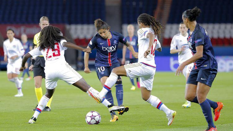 L'attaquante brésilienne du PSG, Cristiane, aux prises avec les Lyonnaises Griedge Mbock (à gauche) et Elodie Thomis (à droite) lors d'un affrontement entre les deux clubs la saison dernière en Championnat. (STEPHANE ALLAMAN / STEPHANE ALLAMAN)