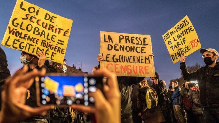 """Des manifestants défilent contre laproposition de loi """"sécurité globale"""" à Toulouse (Haute-Garonne), le 17 novembre 2020. (FREDERIC SCHEIBER / HANS LUCAS / AFP)"""