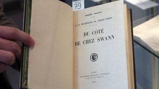 """Une édition rare de """"Du côté de chez Swann""""  (FRANCOIS GUILLOT / AFP)"""