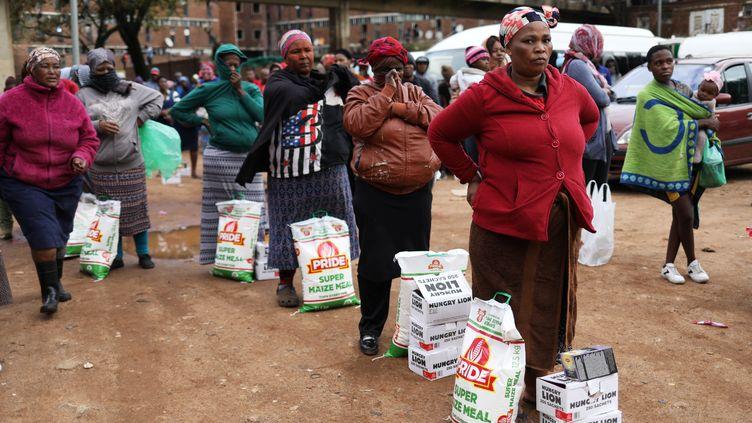Distribution d'aide alimentaire dans le township d'Alexandra en Afrique du Sud le 28 avril 2020. (SIPHIWE SIBEKO / X90069)