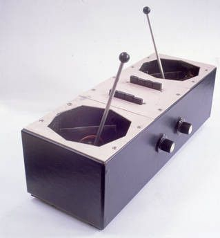 """Un coordinateur """"Azimuth"""" créé par Bernard Speight et utilisé sur scène en 1967 par Pink Floyd au Queen Elisabeth Hall.  (Courtesy of V&A Museum)"""