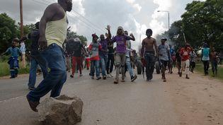 Après l'annonce surprise de la multiplication par deux et demi du prix de l'essence,des centaines de Zimbabwéens sont descendus dans la rue, ont érigé des barricades avant de faire face à une répression violente menée par les forces de l'ordre (14 janvier 2019). (JEKESAI NJIKIZANA / AFP)