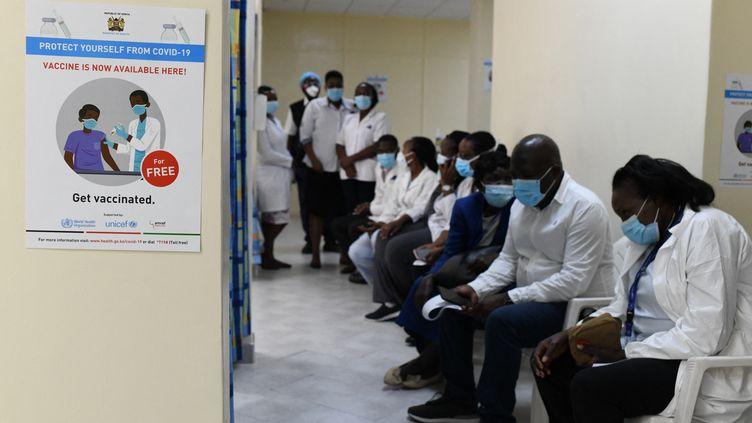 Des soignants reçoivent patientent pour recevoir une injection du vaccin contre le Covid-19 AstraZeneca à Nairobi, au Kenya, le 5 mars 2021. (SIMON MAINA / AFP)