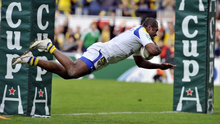 Vosloo (Clermont) attaque Murphy (Leicester) (THIERRY ZOCCOLAN / AFP)