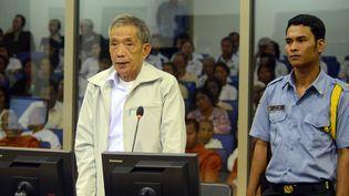 Kaing Guek Eav,mieux connu sous le nom de Douch, lors de sa comparution devant le tribunal cambodgien parrainé par l'ONU pour juger les principaux responsables khmers rouges, le 20 mars 2012, àPhnom Penh, en Cambodge. (NHET SOKHENG / ECCC / AFP)