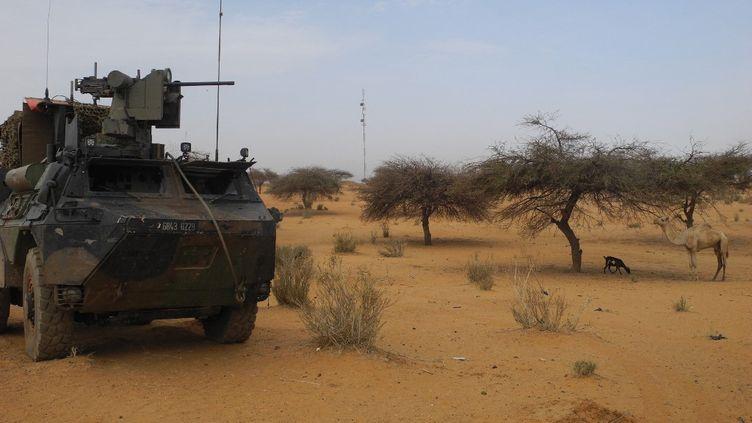 Un VAB de la force Barkhane en patrouille dans le secteur de Gossi au Mali le 25 mars 2019. (DAPHNE BENOIT / AFP)