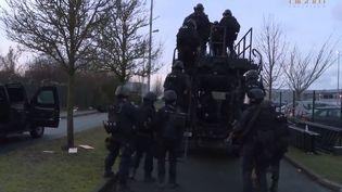 Capture d'écran montrant les gendarmes sur un véhicule lors de l'assaut contre lesfrèresKouachi àDammartin-en-Goële (Seine-et-Marne), le 9 janvier 2015 (GENDARMERIE NATIONALE / YOUTUBE)