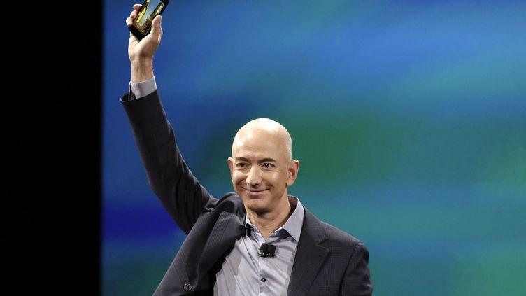 Le PDG d'Amazon, Jeff Bezos, dévoile le premier smartphone de la marque, le Fire Phone, le 18 juin 2014 à Seattle (Etats-Unis). (JASON REDMOND / REUTERS)