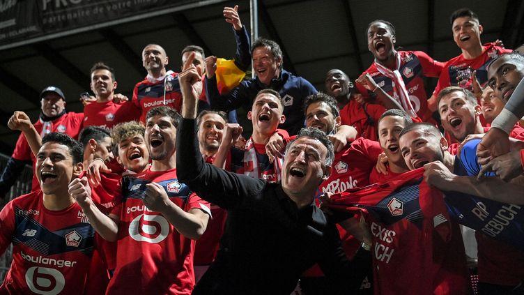 Galtier fête le titre de champion de France avec ses joueurs. (LOIC VENANCE / AFP)