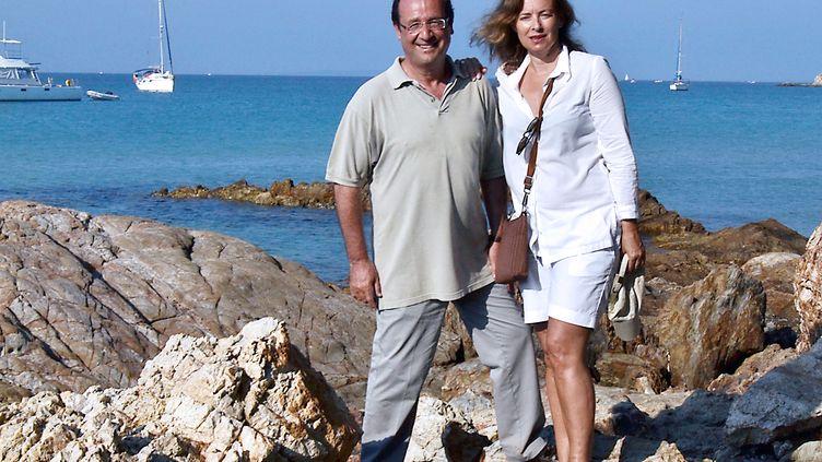 François Hollande et sa compagne, Valérie Trierweiler, à Bormes-les-Mimosas (Var), le 5 août 2012. (BRIGITTE REMY DUCHATEL / AFP)