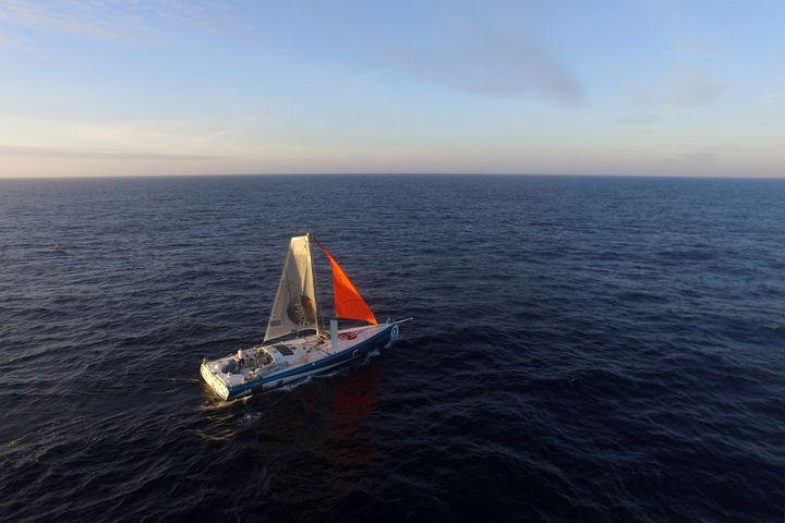 Le bateau du navigateur néo-zélandais Conrad Colman et son mât de fortune, le 17 janvier 2017, au large du Portugal. (DPPI / AFP)