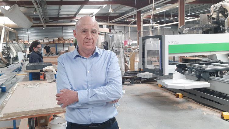 Bernard Audidier, président de Sofams, qui fabrique des meubles pour les hôtels et villages vacances, à Fleuré (Vienne). (SEBASTIEN BAER / RADIO FRANCE)