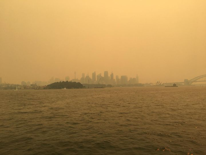 """La """"Skyline"""" de Sydney sous la fumee vue du ferry vers Manly (Photo Lequien)"""