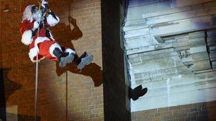 Le père Noël lors de sa descente du beffroi de Calais (Pas-de-Calais), samedi 19 décembre. (ARTUR WIDAK / AFP)