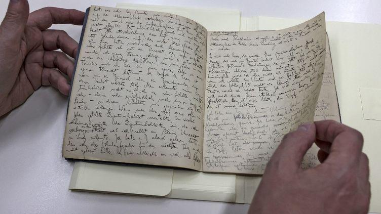 Manuscritécrit en allemand par le romancier et écrivain juif Franz Kafka exposé à la Bibliothèque nationale d'Israël, à Jérusalem. (MENAHEM KAHANA / AFP)