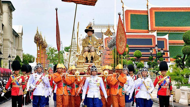 Le roi Rama X dans les rues de Bangkok samedi 4 mai. (PUBLIC RELATIONS DEPARTMENT / HANDOUT / MAXPPP)