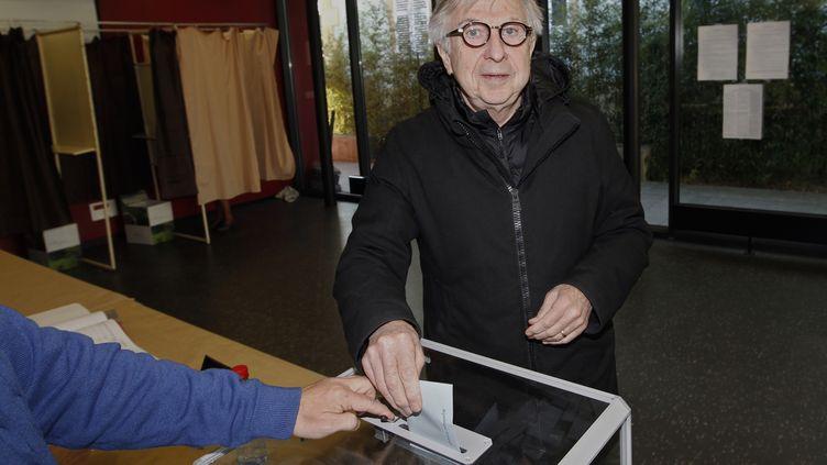 La tête de liste socialiste en région Alsace-Champagne-Ardenne-Lorraine,Jean-Pierre Masseret, dans un bureau de vote de Metz (Moselle) dimanche 6 décembre 2015. (FRED MARVAUX / AFP)
