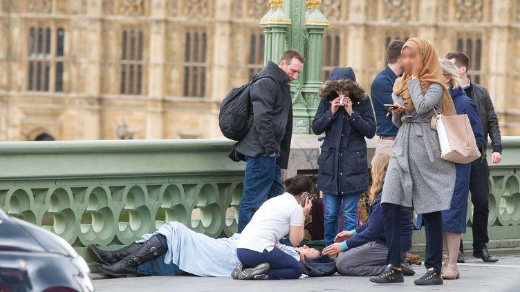 Une femme voilée prise en photo sur le pont de Westminster, peu après l'attaque à Londres le 22 mars 2017, a été prise pour cible sur les réseaux sociaux. (JAMIE LORRIMAN / SIPA)