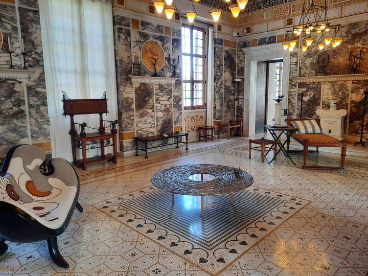 """Le grand salon avec deux créations d'Hubert le Gall, le canapé """"Pasiphaé"""" et la table """"Le fil d'Ariane"""". (ANNE CHEPEAU / RADIO FRANCE)"""
