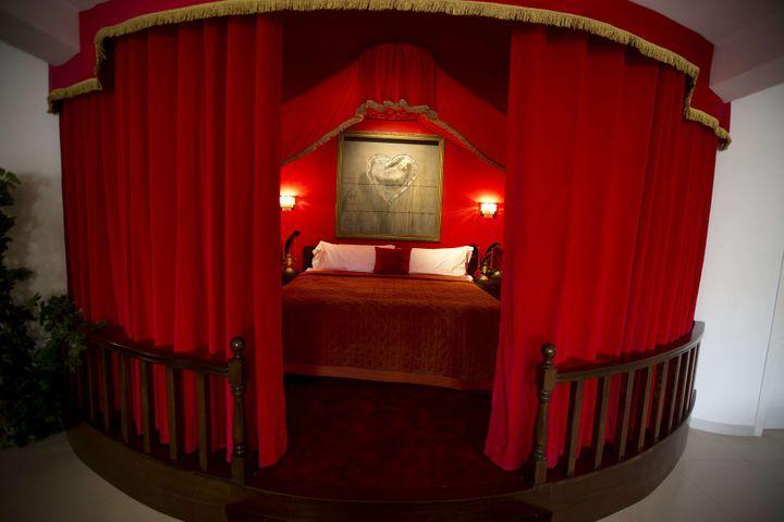 """Le lit bien gardé de la """"suite présidentielle"""" du Walled Off Hotel de Banksy à Bethléem.  (Dusan Vranic/AP/SIPA)"""