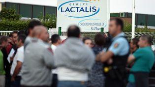 Des producteurs de lait devant des locaux de Lactalis à Saint-Florent-le-Vieil (Maine-et-Loire), le 29 août 2016. (JEAN-SEBASTIEN EVRARD / AFP)
