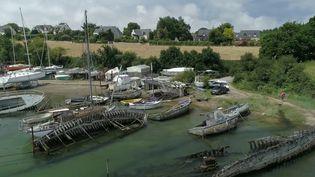 En Bretagne, il existe une cinquantaine de cimetières de bateaux. Des sites que certains trouvent idylliques tandis que d'autres trouvent cela dangereux.  (CAPTURE ECRAN FRANCE 2)