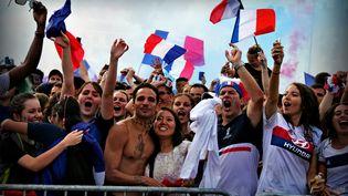 Des supporters français suivent la finale France-Croatie, à Lyon, le 15 juillet 2018. (MATHIS BOUSSUGE / CROWDSPARK / AFP)