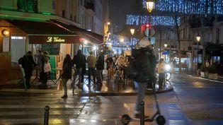 Dans un quartier du 9e arrondissement de Paris, lors de l'annonce du couvre-feu à 18 heures. (FRED DUGIT / MAXPPP)