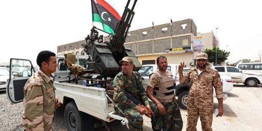 Le 30 avril 2013, lors du blocus des ministères, des miliciens contrôlent celui de la justice, (AFP/Mamouhd Turkia)