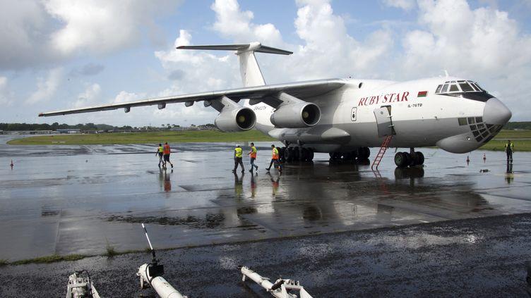 Un avion avec du matériel d'EDF le 10 septembre 2017 sur l'aéroport de Point-à-Pitre (Guadeloupe) à destination des îles de Saint-Martin etSaint-Barthélemy, frappées par l'ouragan Irma. (HELENE VALENZUELA / AFP)