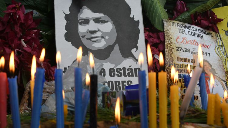 Hommage à Berta Caceres, militante écologiste assassinée en octobre 2016 au Honduras. (ORLANDO SIERRA / AFP)