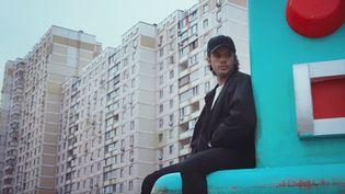 """Orelsan dans le clip de """"Tout va bien"""".  (Clip signé Greg & Lio)"""