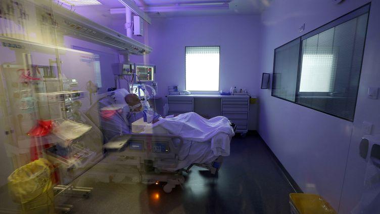 Un patient atteint du Covid-19 à l'hôpital européen de Marseille (Bouches-du-Rhône), le 8 septembre 2020. (ERIC GAILLARD / AFP)