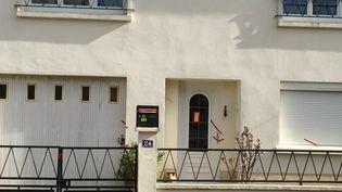Devant le pavillon de la famille portée disparue, à Orvault (Loire-Atlantique), le 24 février 2017. (MAXPPP)