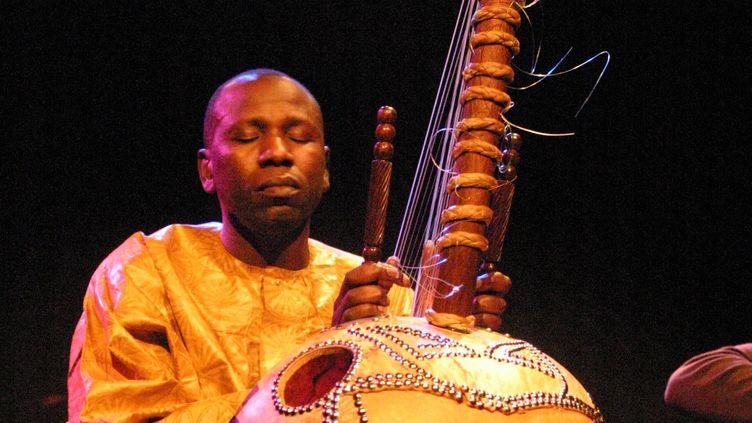 Ballaké Sissoko jouant de la kora, en avril 2009. (© Ggal, Wikimedia Commons)