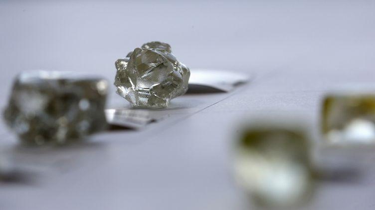 Diamants montrés lors d'une vente organisée par la firme sud-africaine De Beers à Gaborone, capitale du Botswana, le 24 novembre 2015. (REUTERS - SIPHIWE SIBEKO / X90069)