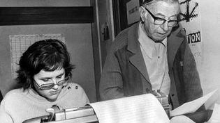 """Jean-Paul Sartre, directeur de la publicationdu journal """"Libération"""", le 5 mars 1973, avant la parution du premier numéro. (AFP)"""