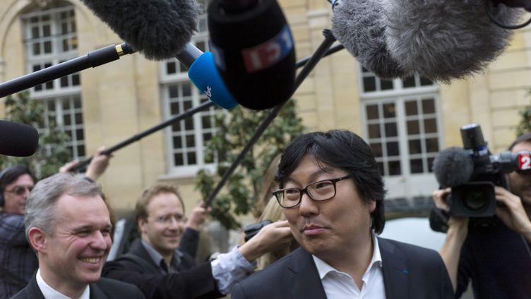 Jean-Vincent Placé répond aux journalistes après une entrevue avec Manuel Valls, le 7 avril 2014. (FRED DUFOUR / AFP)