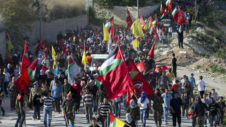 Des Palestiniens escortent le corps deMaïssara Abou Hamdeïa, dans la banlieue de Jérusalem, le 3 avril 2013. (AHMAD GHARABLI / AFP)