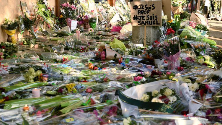 Hommages à Samuel Paty, le professeur d'histoire d'un collège de Conflans-Saint-Honorine décapité le 16 octobre 2020. (BERTRAND GUAY / AFP)