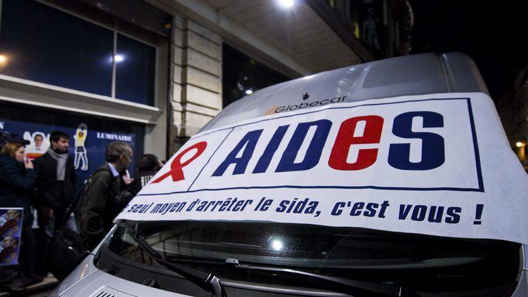 Un camion de l'association Aides, à Paris, le 30 novembre 2011. (MAXPPP)