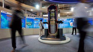 Un prototype de réacteur SMR présenté sur le stand de la China national nuclear corporation, lors de la 15e Exposition internationale de haute technologie de Pékin, en Chine, le 25 mai 2012. (STRINGER / IMAGINECHINA)