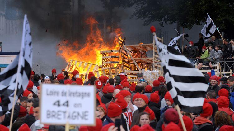 Les manifestants bretons contre l'écotaxe et pour l'emploi en Bretagn, lors du rassemblement à Quimper, le 2 novembre 2103. (FRED TANNEAU / AFP)