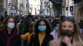 Des personnes masquées dans une ruede Rome (Italie), le 17 octobre 2020. (ANDREA RONCHINI / NURPHOTO / AFP)