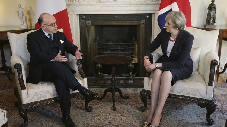 Bernard Cazeneuve et Theresa May au 10 Downing Street, à Londres, le 17 février 2017. (POOL NEW / REUTERS)