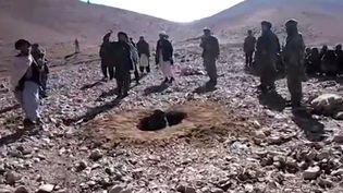 Capture d'écran d'une vidéo enregistrée le 25 octobre 2015 et montrant des Aghans en train de lancer des pierres à une femme. (AFP)