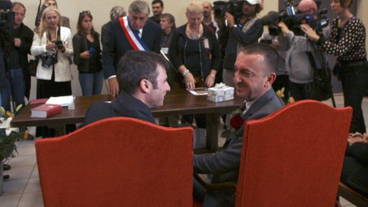 Célébration symbobique d'un mariage gay, le 12 novembre 2011, par Jean Vila, maire communiste de Cabestany. (RAYMOND ROIG / AFP)