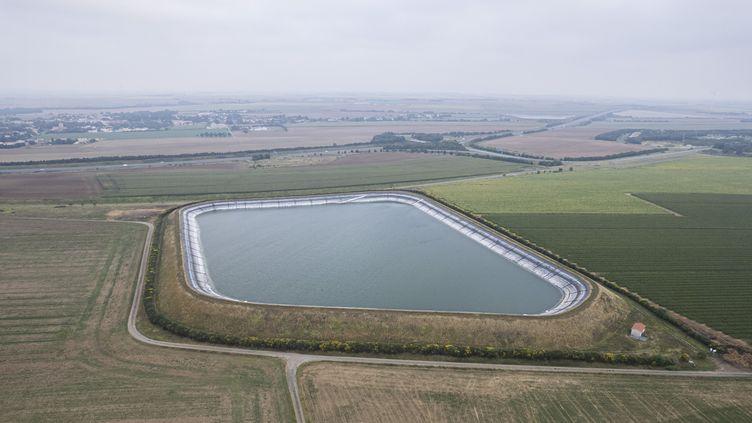 France, Courdault, le 31 août 2021.Une bassine d'une superficie de 5 hectares, située en périphérie du Marais. Elle est alimentée en eau en partie grâce au pompage des nappes phréatiques l'hiver, et sert comme réserve d'eau pour l'agriculture et notamment pour la culture du maïs. De nombreuses bassines sont en cours de construction autour du Marais poitevin. (LAMBERT COLEMAN / HANS LUCAS / AFP)